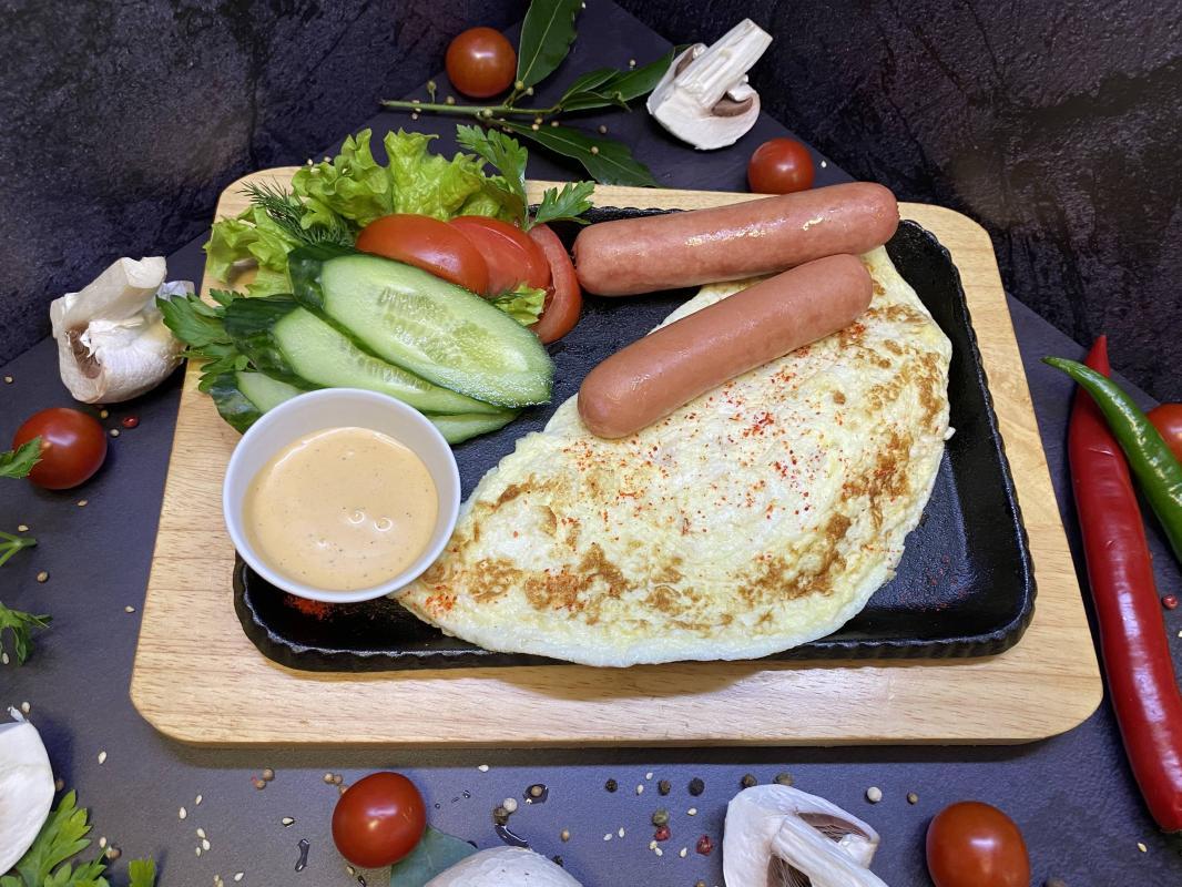 Завтрак №314 Омлет классический из трех яиц с отварными сосисками и соусом на выбор