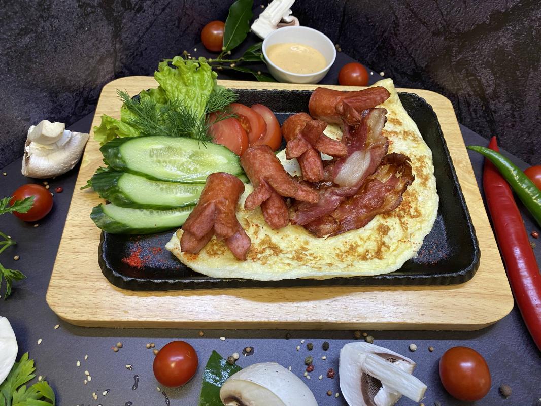 Завтрак №315 Омлет классический из трех яиц с жареными сосисками, беконом и соусом на выбор