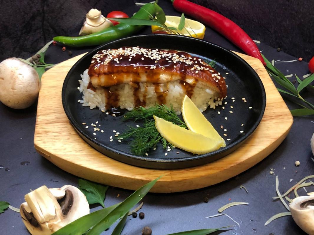 Блюдо №307 Угорь жарено-копченый на рисовой подушке под соусом унаги с кунжутом