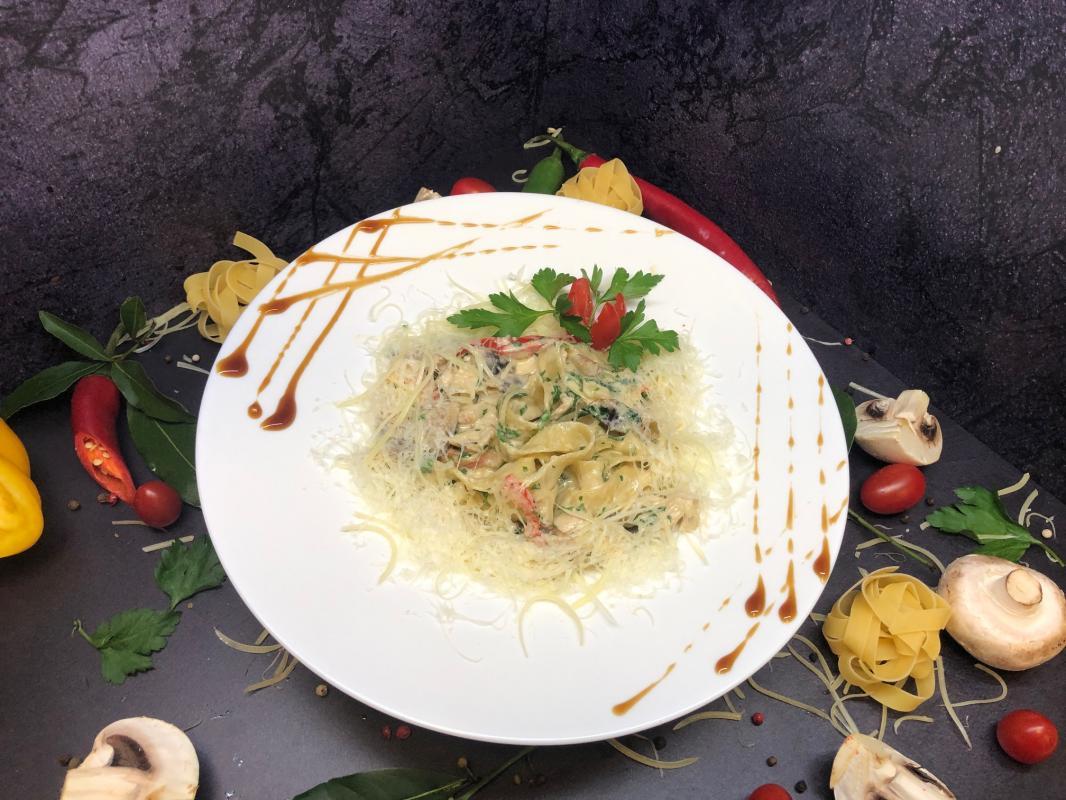 Паста №215  Тальятелле с курицей, грибами и болгарским перцем в сливочном соусе под пармезаном