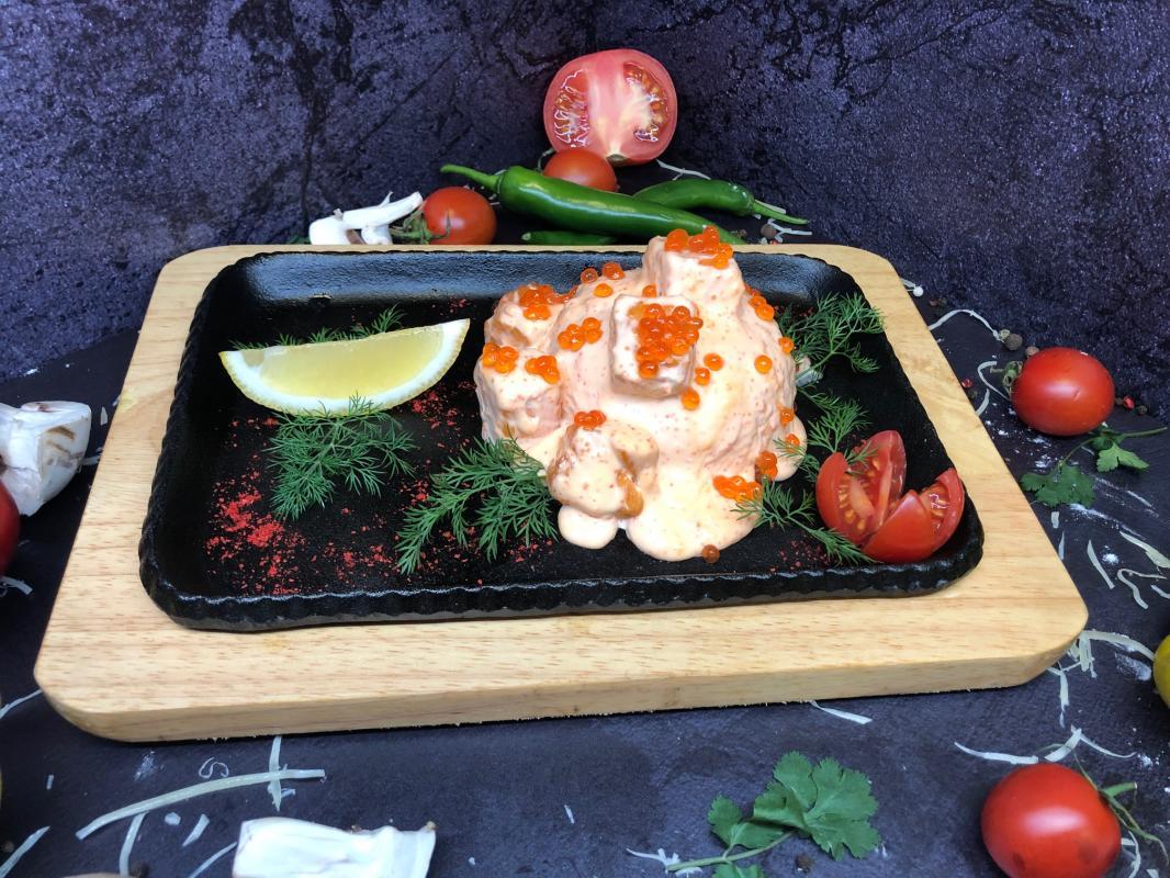 Блюдо №306 Лосось на рисовой подушке под сливочно-икорным соусом