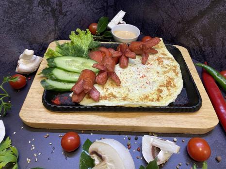 Завтрак №314 Омлет классический из трех яиц с жареными сосисками и соусом на выбор