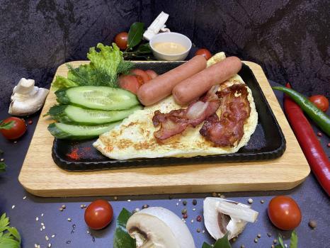 Завтрак №315 Омлет классический из трех яиц с отварными сосисками, беконом и соусом на выбор