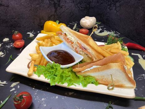 Закуска №277 Сэндвич Филадельфия с лососем, картофелем фри и соусом на выбор