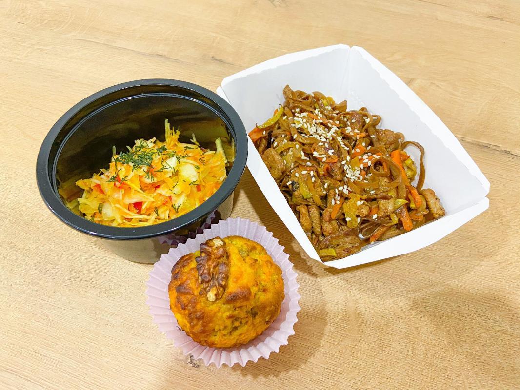 """ЛАНЧ №3 (салат """"Витаминчик""""+соба с индейкой и овощами+ кекс морковный)"""