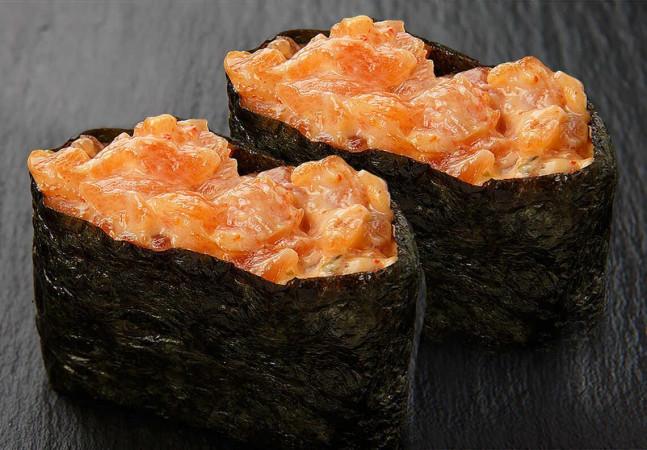 Гункан с лососем острый
