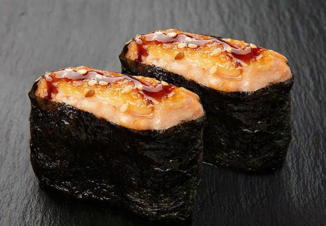 Гункан с лососем запеченный