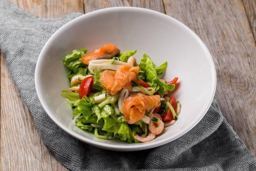 Салат с лососем и морепродуктами