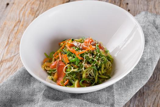 Салат с лососем и морскими водорослями